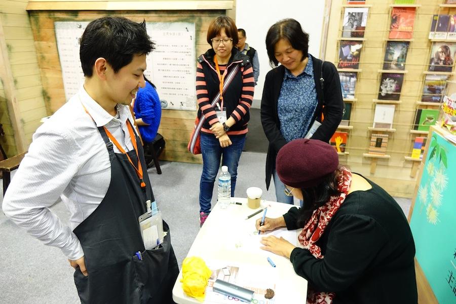 逗點文創社長夏民也慕名來索取親筆簽名藏書票!
