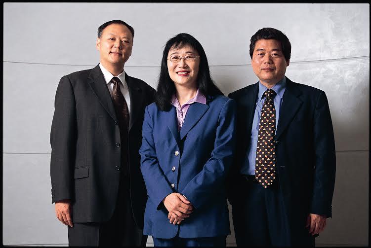 宏達電三位靈魂人物,從左至右為執行長周永明、董事長王雪紅、創辦人卓火土(照片提供/大立文創)。