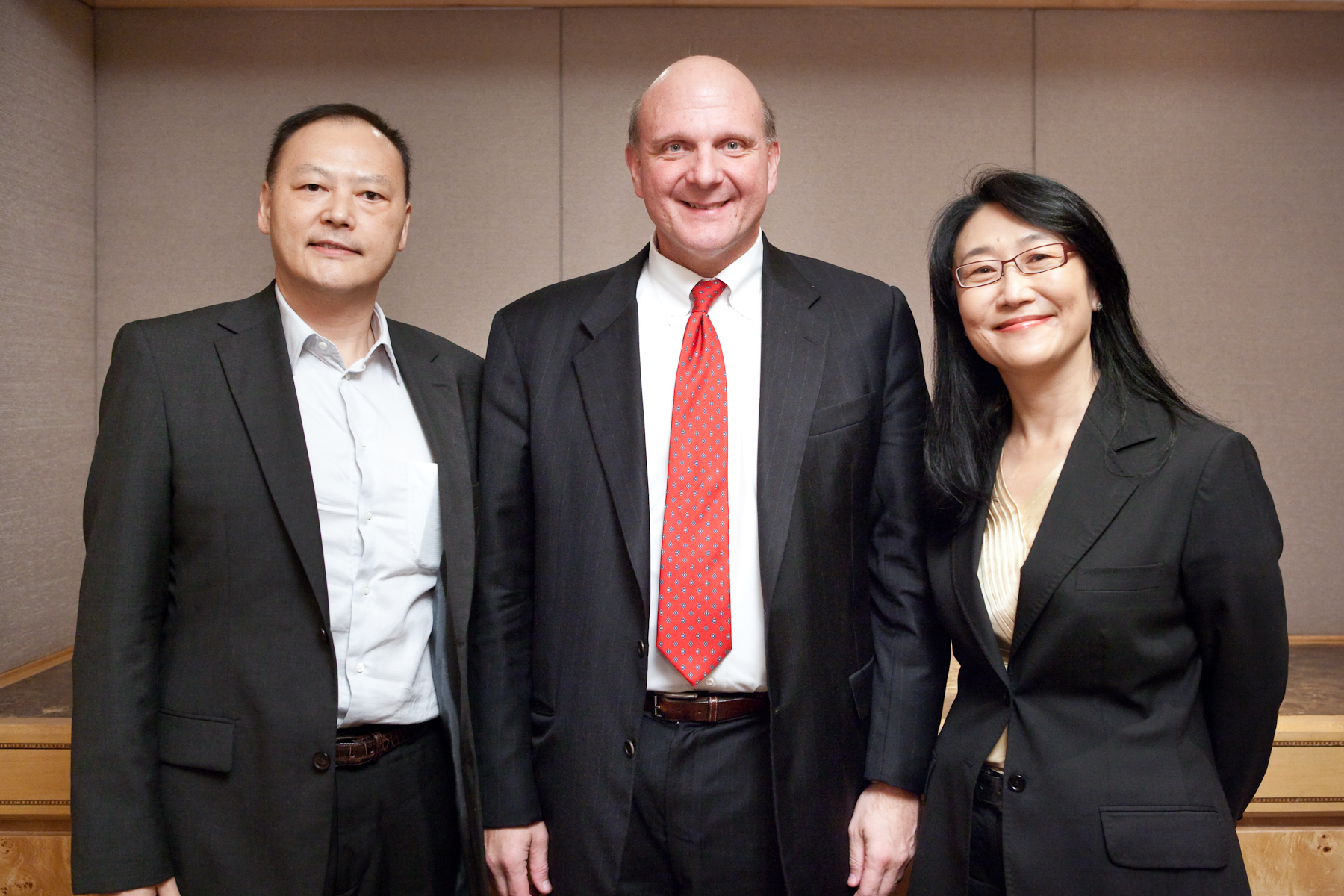 圖左至右分別為宏達電執行長周永明、時任微軟執行長的鮑默與宏達電董事長王雪紅(照片提供/大立文創)。