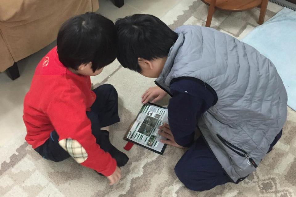 陳培瑜的一對寶貝都是小小愛書人。照片提供/陳培瑜。