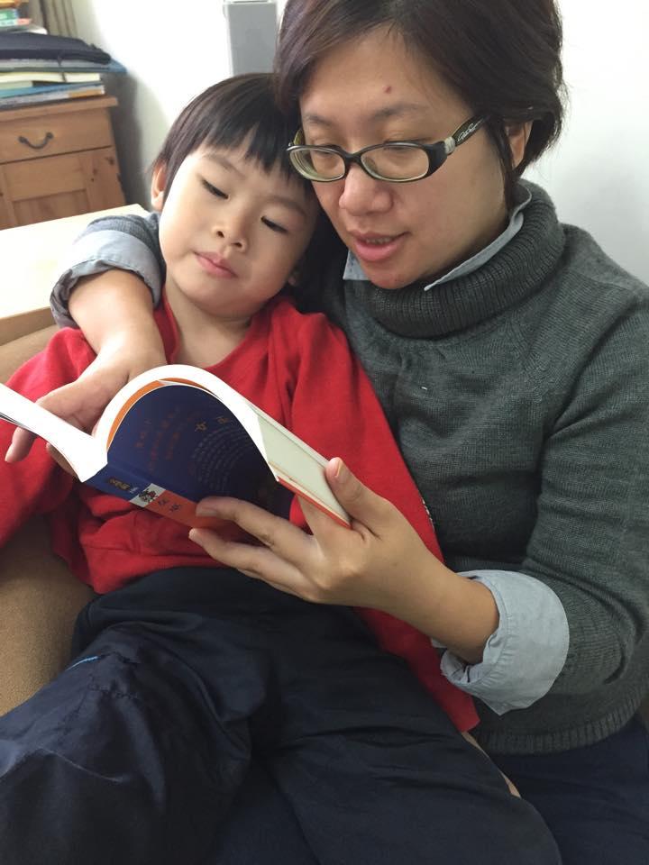 陳培瑜每天都會挪出時間,為孩子朗讀故事。照片提供/陳培瑜。