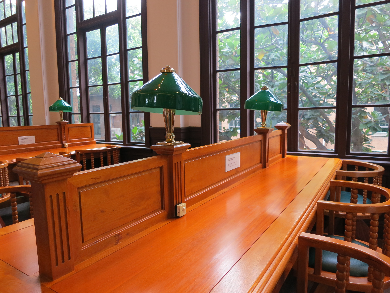 現在的校史館,特別留下了一區維持過去舊總圖時的陳設。綠色的銀行燈加上沈重的木質桌椅,是不少老臺大人期末考熬夜拼戰的共同記憶。