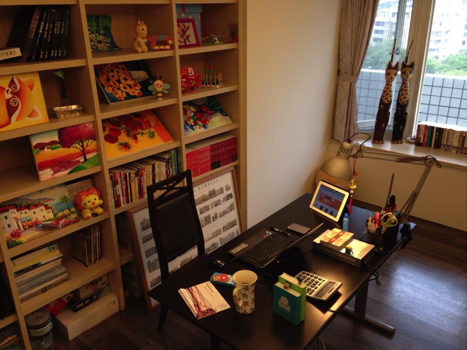 北川舞創作的書房,被老婆未乾的油畫與女兒的美勞作品給占據;在這溫暖的空間裡,每天持續不斷超過八小時與螢幕對峙。