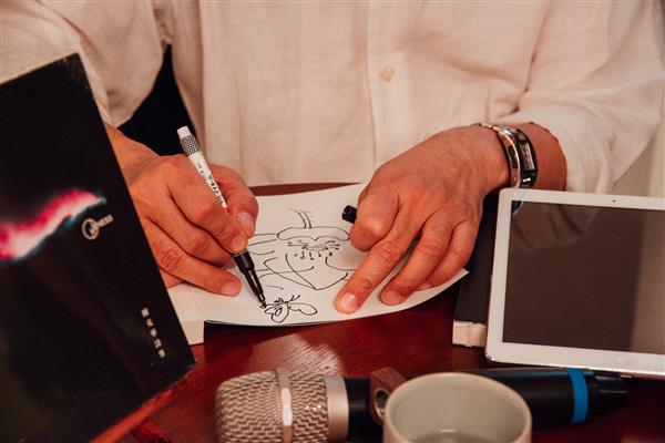 陳克華老師簽名非常用心,還畫上蓮花與蝴蝶呢!