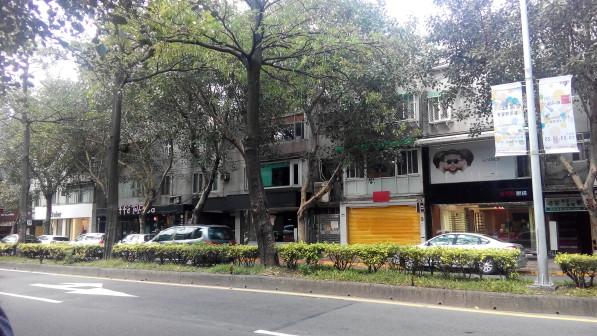民生東路旁的街道與商店