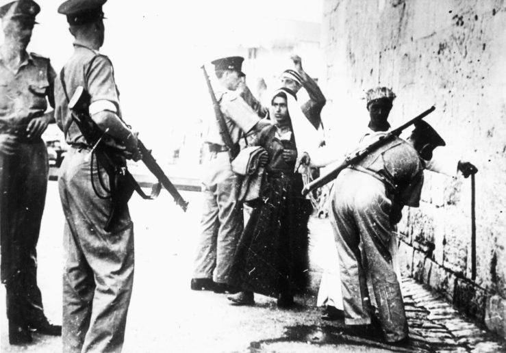 1936至 1939 年的阿拉伯人叛變讓英軍進入警戒狀態。照片是英國士兵於耶路撒冷在巴勒斯坦人身上搜尋槍械。