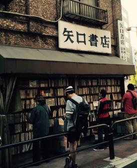 在街角邊安靜閱讀的學生。