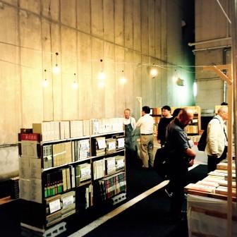 有百年歷史的「一誠堂」書店,在旁特闢廣場擺設書牆。