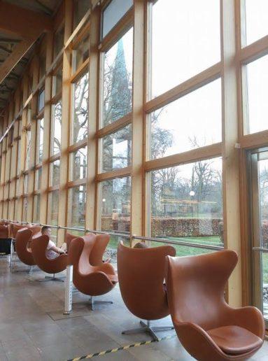 林雪平圖書館中,大片的落地窗。
