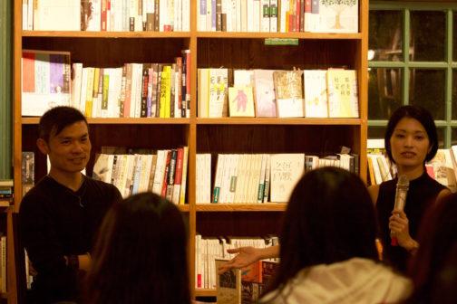 「閱讀(的)動物系列講座」主講人何曼莊(右)與與談人臥斧(左)