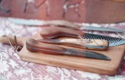 米勒在佛蒙特州的農場老家成長,以老家廢棄的馬蹄鐵銼刀做成刀具,體現舊物新用。 圖片授權/小日子享生活誌