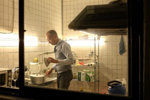 極簡的廚房配置,呈現出經營餐館背後,飲食起居的單純與自在。