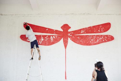 在南投中興新村裡小學司令臺上彩繪紅蜻蜓。圖片授權/小日子享生活誌