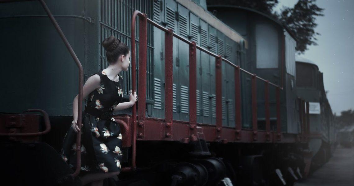【讀者舉手】承受別人目光、嫉妒別人生活,寫實得驚悚:《列車上的女孩》