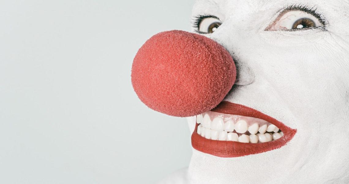 當人們只會微笑、沒有眼淚與憤怒,世界從此開始失控⋯⋯