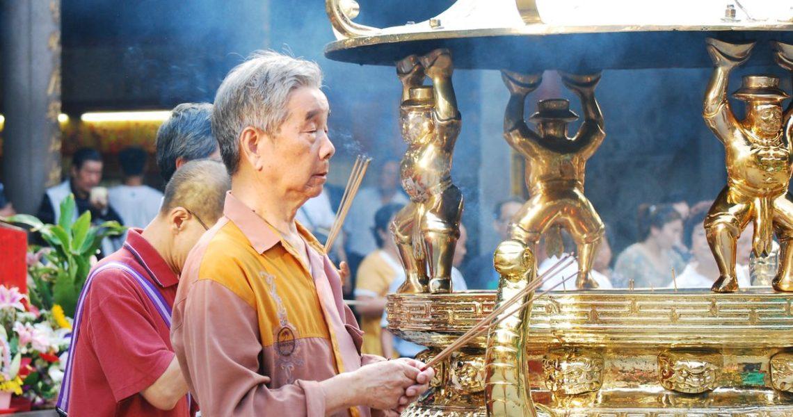 香爐不僅供信眾豎香祭祀,還盛載了代表信仰、族群繁衍等文化傳承的香火