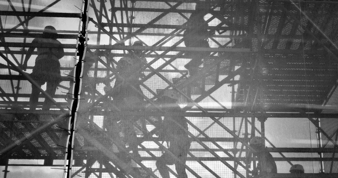 【讀者舉手】身處《深淵居民》的困境仍有善意,《做工的人》因此讓人心疼