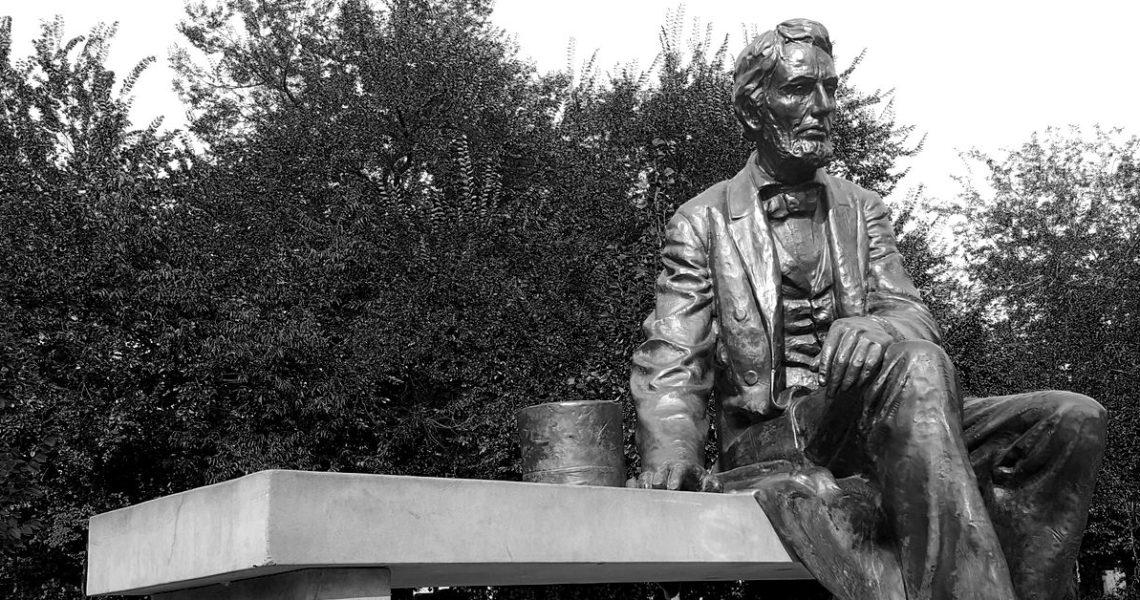 【果子離群索書】這麼晚了,還有誰會在墓園裡呢——讀《林肯在中陰》