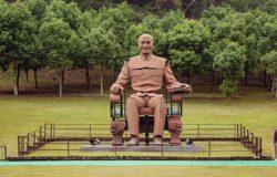 【一週E書】面帶微笑的蔣公銅像,是否偷偷動了一下?