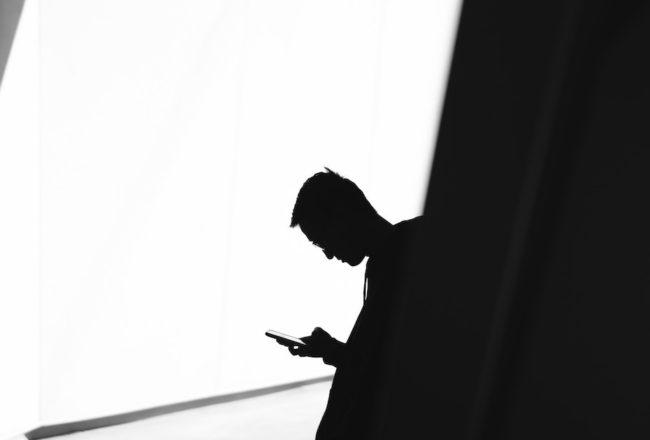 揭發濫權監控的吹哨人,愛德華・史諾登反制自傳《永久檔案》遭中共審查刪減