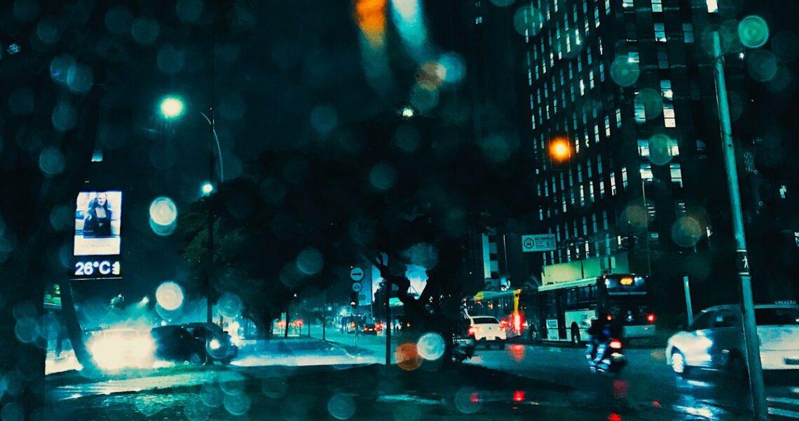 【讀者舉手】是雨也是淚的季節裡,為你撐傘同行——讀既晴《城境之雨》