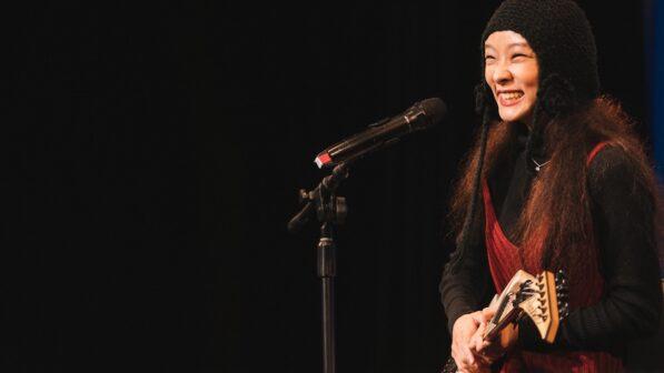 甫獲2020金曲獎肯定的歌手余佩真,為出版盛會帶來溫暖自創歌曲(陳宥中攝)