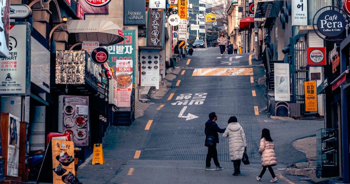 只要是帶著孩子出門的韓國媽媽,走到哪都會被人干涉